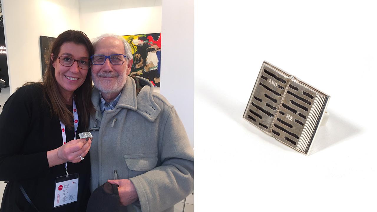 Emilio Isgro e Marina Ruggieri con l'anello ispirato alle cancellature di Isgrò